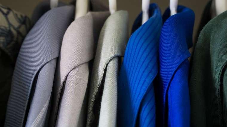 社会人になるとスーツを着ることが一般的になりますが、就活の時期からリクルートスーツに身を包んだ大学生が増えてきます。 2018年卒の大学生もそんな人が多いですが、男女ともにどんなものを選んだらよいのか悩んでしまうことも多いともいます。 どんなタイプで、ブラックやネイビー、グレーなど色も様々なものがあり、違いや印象などが異なってくるためきちんと服装などにも気を配ることが大切です。 日本の場合オフィスの中ではほとんどの人が黒を着用しています。次にネイビー、グレーに続きますが、就職活動としては黒か濃紺が一般的となっています。 黒か濃紺であれば何の問題もありませんが、チャコールグレーなどの黒に近いグレーのものもあります。チャコールグレーはビジネスシーンでは一般的な色で、社会人になれば好んで着る人も多い色となっています。 しかし、就活をしている人にチャコールグレーなどのグレー系の色は避けたほうが無難と言えます。 初めて就職活動をする人が大半だと思いますが、面接時にはほとんどの人が黒か濃紺を着ています。自分だけがグレーを着用しているとほとんどの場合自分だけが浮いてしまっていることに不安になり、面接にも影響してしまいます。その状況を楽しめる性格であるなら良いのですが、そうではない場合にはただ緊張の度合いをますだけになってしまうということが考えられます。 また、色に問題はなくても面接官が博識とは限らないということも挙げられます。 面接官の中には黒か濃紺が常識と考えている人もおり、グレーを着ている人が非常識に思われてしまうこともあります。もちろんそんな面接官は稀ではありますが、可能性はゼロではないため避けたほうが良いされています。 若々しく好印象を持たれたい、という場合には黒よりも表情が明るく見える濃紺のほうがオススメです。 基本的に就活でスーツは2着買うものですが、黒と濃紺の二種類ずつを購入しておけば問題が無くなります。 生地は、光沢や織り柄の入っていないシンプルのものを選ぶことも大切です。入社後に着るだけではなく、冠婚葬祭にも使えます。 ネイビーと一言で言ってもいろいろな種類があります。就職のために着るのであればトーンの低いダーク系かシックで落ち着いたものを選ぶことがおすすめです。 どうしてもグレーが着たいという場合には、できるだけトーンの低いダークグレーを選びます。 また、色よりも重要なのが清潔感です。サイズが合っていない、生地がくたびれていると印象が悪くなってしまいます。きちんと身なりを整えて、着る物だけではなく靴や頭髪まで気をつけることが大切です。 女性が悩んでしまうのが、パンツスタイルが良いのか、スカートスタイルが良いのかだと思います。 一般的にはスカートを選ぶ方が優位になると考えている人は多いのが現状ですが、パンツスタイルでも問題はないとされています。 ただし、ストッキングメーカーではスカートの方が良いというデータもあります。 女性がスーツを購入する場合、お店でスカートを薦められることが多いため、女性の就活生はスカートスタイルということが一般的になったと考えられます。これは女性の正装はスカートという固定概念に基づくものだとされており、スカートは女性が履くもので女性らしさを立つものだと考える人が多いためです。 最近の大学生にとってはセクハラのように考える人も多いともいますが、合否を考えるのは会社の面接官です。面接官は中高年の男性が多いため、女性は女性らしくというタイプも多いということを理解した上で面接に挑むことが求められます。 また、パンツスタイルの女性は気が強くプライドが高そうという印象を持つ人もいるため、不利に働く可能性もあります。 しかし、パンツスタイルだけで就職したという女性も多数います。就職活動は仕方がないこととはいえ気が滅入ることが多い活動です。そのため自分に似合わないと思っている格好や、気になる足を出して活動をすることがストレスになってしまうこともあります。そんな時には、パンツスタイルを選ぶことをおすすめします。 採用者側は、女性の常識の範囲内である服装を気にするのではなく、大学生の自己分析や企業分析などを気にします。そのため、スカートかパンツかなどをあまり気にする人はいないのが実情です。 女性のスーツを選ぶ場合には、スカートかパンツかなどを悩んだ場合には、自分の体型や与える印象などを気にしながら選ぶことをおすすめします。 長身の人や足が長い人はパンツスタイルが似合います。また足にコンプレックスがある場合にもパンツでカバーすることが可能です。 足が短かったり背が低い、ヒップラインを隠したい場合にはスカートがおすすめです。太ももが太くて悩んでいる場合にはスカートの方が着痩せして見えます。 また、パンツスタイルは活発で元気